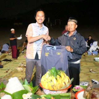 [JSSP#3] Penyerahan simbolisasi kerjasama oleh Rosanto Bima (ketua organizing comitee JSSP #3) dengan Masyarakat yang diwakili Warjiyo -bendahara pengurus Gumuk Pasir