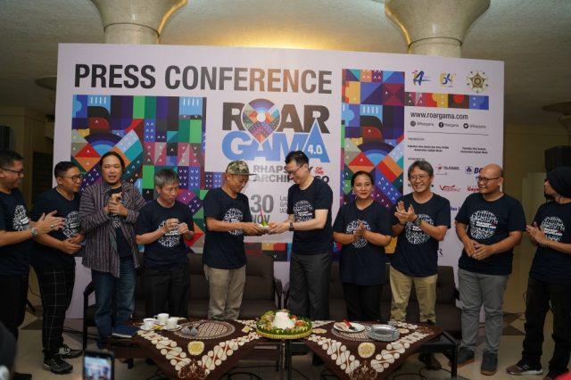 Penyerahan potongan tumpeng dari Fisipol untuk Gayam16 #2 -Gamelan 4 ROAR GAMA 4.0