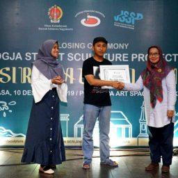 Penyerahan hadiah foto contest oleh Purwiati kepala seksi seni Disbud DIY -Closing Ceremony Pameran Patung JSSP