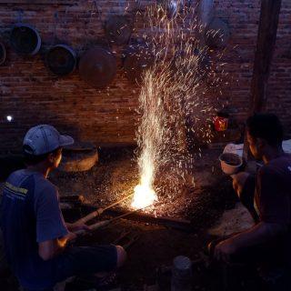Proses Memasak Wilah pada Produksi Gamelan -Pic: Resa Setodewo