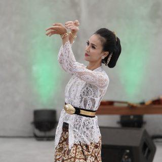 Tari Sido Luhur oleh Ibu Menari di Penutupan FKY 2021